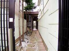 正面玄関の様子。(2006-06-15,周辺環境,ENTRANCE,1F)