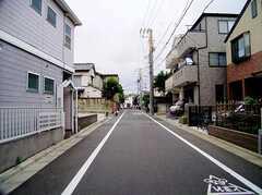 駅からシェアハウスへ向かう道の様子。周辺は閑静な住宅街(2006-06-15,共用部,ENVIRONMENT,1F)