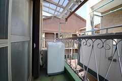ベランダの様子。専用の洗濯機が設置されています。(202号室)(2013-03-11,専有部,ROOM,2F)