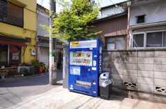 シェアハウスの目の前には自動販売機があります。(2010-04-30,共用部,ENVIRONMENT,1F)