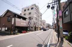 シェアハウスから京成本線堀切菖蒲園駅に向かう道の様子。(2010-04-30,共用部,ENVIRONMENT,1F)