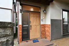 玄関ドアの様子。(2017-06-12,周辺環境,ENTRANCE,1F)