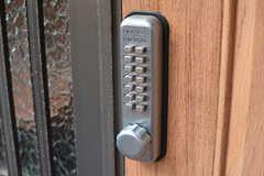 玄関の鍵はナンバー式。(2017-06-12,周辺環境,ENTRANCE,1F)