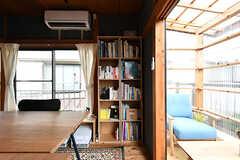 共用の本棚の様子。建築関係の書籍がたくさん並んでいます。(2017-06-12,共用部,LIVINGROOM,2F)