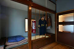 畳の小上がりをベッドとして使えます。小上がりの下には引き出しも。備品は入居者さんの私物です。(101号室)(2017-06-12,専有部,ROOM,1F)