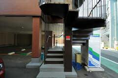 階段の様子。自動販売機があります。(2012-10-26,共用部,OTHER,1F)