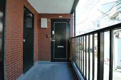 シェアハウスの正面玄関。(2012-10-26,周辺環境,ENTRANCE,2F)