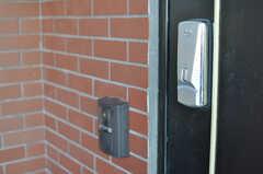 鍵はナンバー式のオートロックです。(2012-10-26,周辺環境,ENTRANCE,2F)