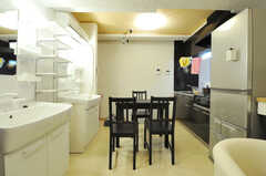 リビングの様子。右手にキッチン、左手に水まわり設備があります。(2012-10-26,共用部,LIVINGROOM,2F)