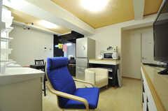 リビングの様子3。キッチン裏の廊下に専有部が並んでいます。(2012-10-26,共用部,LIVINGROOM,2F)
