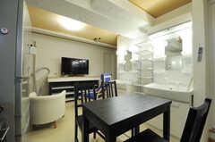 キッチン側から見たリビングの様子。(2012-10-26,共用部,LIVINGROOM,2F)
