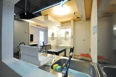 廊下からリビングを見渡すことができます。(2012-10-26,共用部,OTHER,2F)