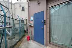 シェアハウスの正面玄関。ドアの左にポスト、右にカメラ付きインターホンがあります。(2012-06-18,周辺環境,ENTRANCE,1F)