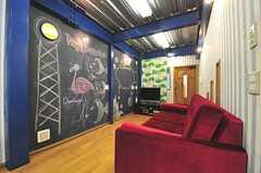 リビングの様子。奥に見えるドアは201号室です。(2012-06-18,共用部,LIVINGROOM,2F)