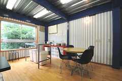 ダイニングの様子。テーブルの隣にあるのは、調理用の作業台です。(2012-06-18,共用部,KITCHEN,2F)