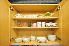 吊り戸棚の様子。TVCMでよく見かける、白い犬のマグカップがあります。(2012-06-18,共用部,KITCHEN,2F)