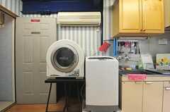 キッチンの脇に、洗濯機と有料の乾燥機が設置されています。(2012-06-18,共用部,LAUNDRY,2F)