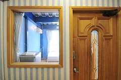 リビング側の壁には、開閉できない明かり取りの窓が設置されています。(201号室)(2012-06-18,専有部,ROOM,2F)