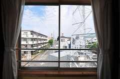 東向きの窓からの眺め。住居のすぐ隣に鉄塔があります。(303号室)(2012-06-18,専有部,ROOM,3F)