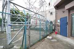 玄関前で物干しもできます。駐輪もできます。(2012-06-18,共用部,GARAGE,1F)