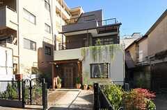 シェアハウスの外観。敷地内に庭があります。(2012-11-16,共用部,OUTLOOK,1F)