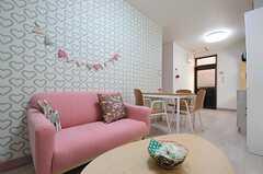 ピンクのソファ。壁紙もハートの模様です。(2012-11-16,共用部,LIVINGROOM,1F)