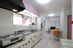 キッチンとリビングの様子。(2012-11-16,共用部,KITCHEN,1F)