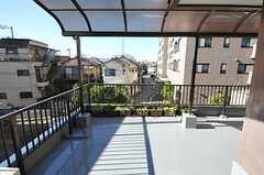 バルコニーの様子。広く、屋根付きです。(201号室)(2012-11-16,専有部,ROOM,2F)