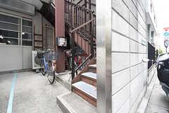 階段を上がった先がシェアハウスの玄関です。(2016-06-07,共用部,OTHER,1F)