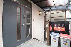 シェアハウスの玄関。ポストは専有部ごとに設置されています。(2016-06-07,周辺環境,ENTRANCE,2F)