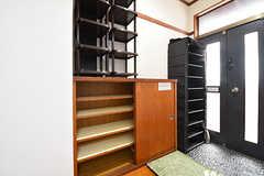 内部から見た玄関の様子。靴箱は専有部ごとに使えるスペースが決まっています。(2016-06-07,周辺環境,ENTRANCE,2F)
