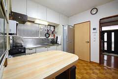 ダイニングの様子2。ドアの先はバスルームです。(2016-06-07,共用部,LIVINGROOM,2F)