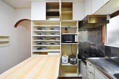 ダイニングテーブル脇の食器棚には、電子レンジや炊飯器が設置されています。食器類は部屋ごとに用意されています。(2016-06-07,共用部,KITCHEN,2F)