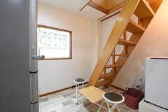 階段の様子。テーブルとチェアが設置されています。(2016-06-07,共用部,OTHER,2F)