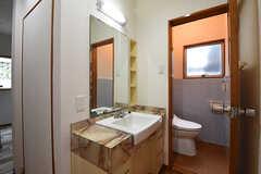 廊下に設置された洗面台の様子。脇にトイレもあります。(2016-06-07,共用部,TOILET,2F)