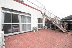 バルコニーは201、202、203号室の共用です。階段の先は屋上です。(201号室)(2016-06-07,共用部,OTHER,3F)