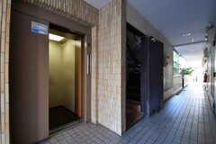エレベーターの様子。エレベーターの脇に階段が用意されています。(2017-10-18,周辺環境,ENTRANCE,3F)