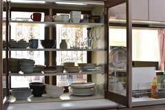 シンクの脇は収納棚が設置されています。収納棚には共用の食器が収納されています。(2017-10-18,共用部,KITCHEN,3F)
