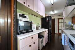 キッチンの対面は収納棚です。収納棚には電子レンジが設置されています。(2017-10-18,共用部,KITCHEN,3F)