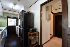 キッチンの奥のドアに乾燥機が設置されています。(2017-10-18,共用部,OTHER,3F)