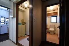 脱衣室の脇がウォシュレット付きトイレです。(2017-10-18,共用部,TOILET,3F)
