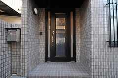 シェアハウスの正面玄関。(2013-12-25,周辺環境,ENTRANCE,1F)