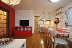 キッチンはダイニングスペースの奥に位置しています。(2013-12-25,共用部,LIVINGROOM,1F)