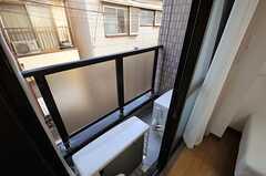 窓の外は室外機が設置されています。(203号室)(2013-12-25,専有部,ROOM,2F)