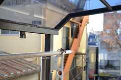 物干しが出来る設備と雨よけの屋根が設置されています。(303号室)(2013-12-25,専有部,ROOM,3F)