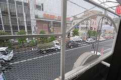 窓の外はフェンスが設けられています。(203号室)(2014-05-21,専有部,ROOM,2F)