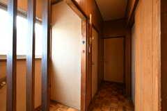 廊下の様子。左手のドアはトイレです。(2018-04-13,共用部,OTHER,2F)