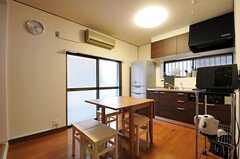 リビングの様子。テーブルの天板はサイズを変更出来ます。(2011-09-29,共用部,LIVINGROOM,1F)