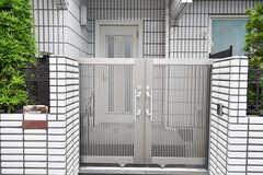 門扉の様子。門扉の先が玄関です。(2019-05-28,周辺環境,ENTRANCE,1F)