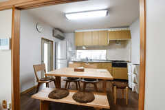 ダイニングテーブルの様子2。奥がキッチンです。(2019-05-28,共用部,LIVINGROOM,1F)